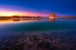在日落的孤立岩石海滩 免版税库存照片