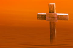 在日落的孤立木十字架 免版税库存照片