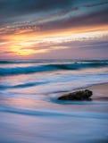 在日落的孤零零岩石 库存图片
