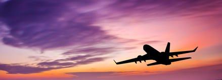 在日落的客机 免版税库存照片