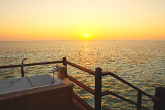 在日落的室外浴缸 图库摄影