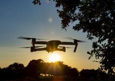在日落的寄生虫飞行 库存照片