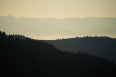 在日落的小山和山剪影 图库摄影