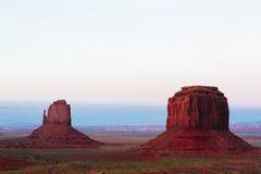 在日落的小山,手套,梅里克小山,纪念碑谷, A 免版税库存照片