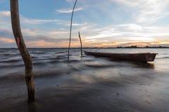 在日落的小渔船 库存照片