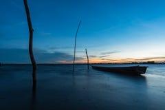 在日落的小渔船 免版税图库摄影