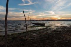 在日落的小渔船 免版税库存图片