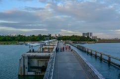 在日落的小游艇船坞堰坝在新加坡 免版税库存图片