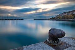 在日落的小游艇船坞日落与多云天空 图库摄影