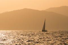 在日落的小游艇 免版税图库摄影