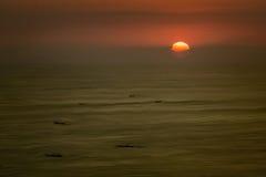 在日落的小船剪影 免版税库存图片
