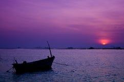 在日落的小船在普吉岛,泰国 免版税库存照片