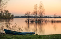在日落的小船在湖 库存照片
