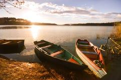 在日落的小船在Lagunas de Montebello国家公园Chia 免版税图库摄影