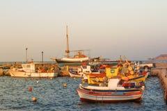 在日落的小船在santorini,希腊 图库摄影