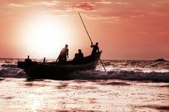 在日落的小船旅行 免版税库存图片