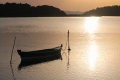 在日落的小船 免版税图库摄影