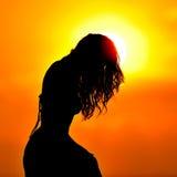 在日落的少妇剪影 免版税库存照片