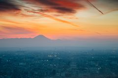 在日落的山富士和都市风景在东京,日本 库存照片