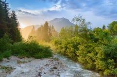 在日落的山小河 在Ehrwald,蒂罗尔,奥地利附近的阿尔卑斯 免版税库存图片