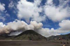 在日落的山横向 布罗莫火山火山Gunung Bromoin Bromo腾格尔塞梅鲁火山国家公园东爪哇省印度尼西亚 免版税库存图片