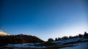 在日落的山横向 库存图片