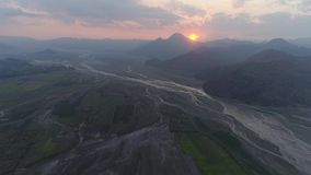 在日落的山横向 Pinatubo,菲律宾 股票录像