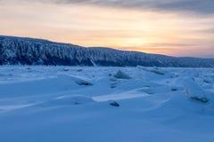 在日落的山脊冰 免版税库存照片