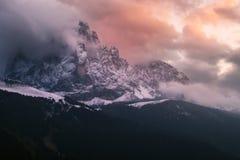 在日落的山Sassolungo 库存图片