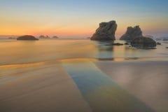 在日落的岩石俄勒冈海岸 库存照片