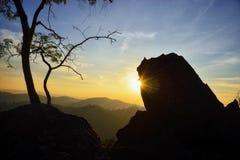 在日落的岩石和树剪影:泰国 免版税库存照片