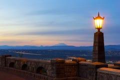 在日落的岩石小山观点在sunser的波特兰俄勒冈 免版税库存图片