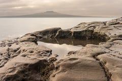 在日落的岩石水池 图库摄影