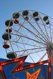 在日落的巨型轮子 免版税库存图片