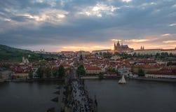 在日落的布拉格城堡与美丽的暮色天空,布拉格 图库摄影
