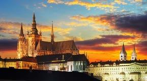 在日落的布拉格城堡 免版税库存图片
