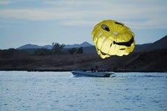 在日落的帆伞运动 库存照片