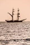 在日落的帆船剪影 图库摄影