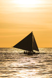 在日落的帆船 免版税库存图片