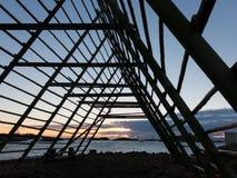 在日落的干鱼机架, Lofoten海岛 免版税图库摄影