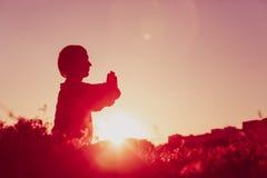 在日落的平静和瑜伽实践 库存图片