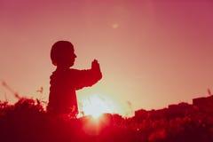 在日落的平静和瑜伽实践 免版税库存照片