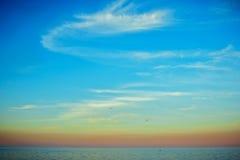 在日落的平静的海景 免版税库存照片