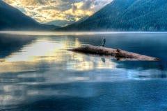 在日落的平静的湖视图 免版税图库摄影