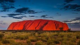 在日落的庄严Uluru在一个清楚的冬天` s晚上在北方领土,澳大利亚 库存照片