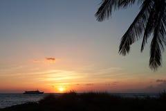 在日落的当事人小船在夏威夷 库存照片