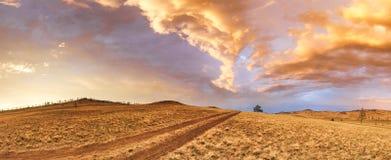 在日落的彩虹在途中的一场风暴以后向贝加尔湖 免版税库存图片