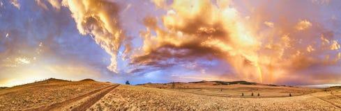 在日落的彩虹在途中的一场风暴以后向贝加尔湖 库存图片