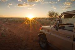 在日落的徒步旅行队,纳米比亚 库存图片