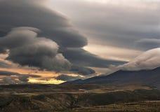 在日落的恼怒的云彩 免版税库存图片
